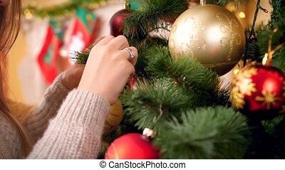 4k, femme, arbre noël, doré, métrage, jeune, décorer, chandail, panoramique, closeup, appareil photo, laine, sur, bauble., quoique