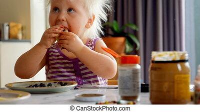 4k, girl, pan cake, manger, maison