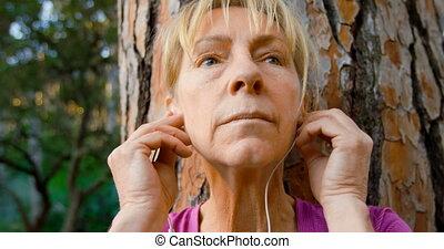 4k, musique, arbre, femme, écoute, personne agee, penchant