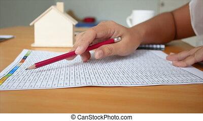 4k, primo piano, colpo, mani, di, lettura donna, a, numero, in, il, carta, su, tavola