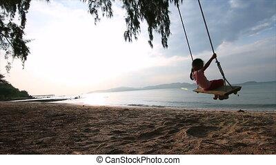4k, slowmotion, aziaat, klein meisje, spelend, op het strand