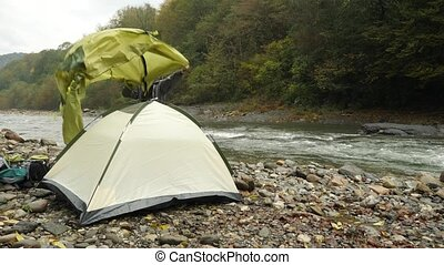 4k. the guy puts a tourist tent on the shore of a mountain...