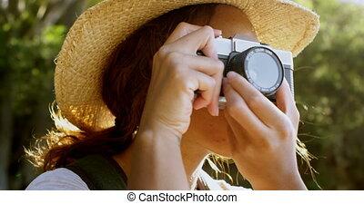 4k, vendange, randonneur, femme, cliqueter, photos, appareil...