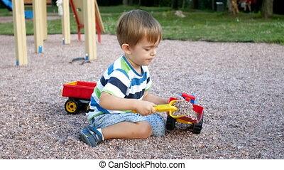 4k, video, od, mały chłopieją, grając z zabawkami, na, plac...