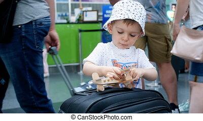4k, video, von, wenig, kleinkind, junge, mit, spielflugzeug,...