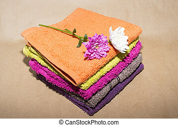 5 facecloths off various shades with flowers