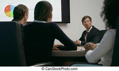 5, persone affari, in, riunione ufficio, stanza, dall'aspetto, tabelle, su, tv