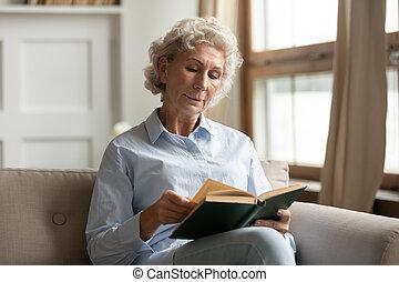 50s, libro, lectura, mujer, pasar, tiempo libre, cuarentón