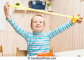 6, 歲, 男孩, 在, the, 車庫, 由于, a, 測量磁帶