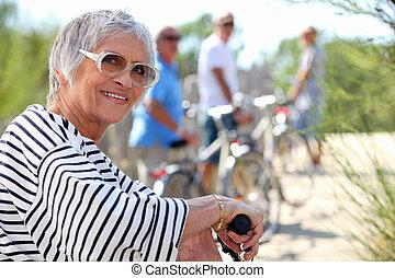 65, ældre år, kvinde, gør, bike, landet, hos, kammerater