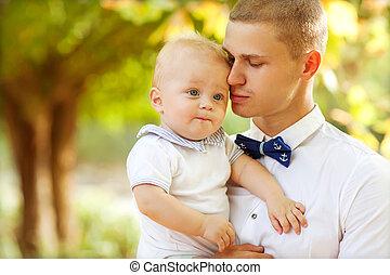 7-9, vieux, mois, jeune, tenant bébé, homme souriant, ...