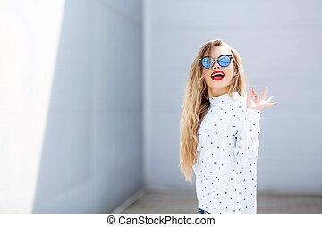 ação, moda, feliz, rua, atraente, denim, outfit., suit., retrato, longo, calças brim, novo, menina, hair., jovem, cidade, charming, mulher senhora