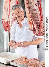 açougueiro, segurando, galinha, carne, em, contador