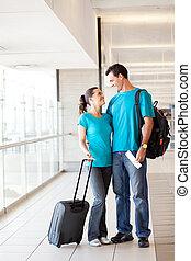 aéroport, couple heureux, jeune