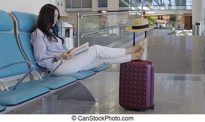 aéroport, femme, vol, aircraft., attente, jeune, salon, quoique, livre, lecture