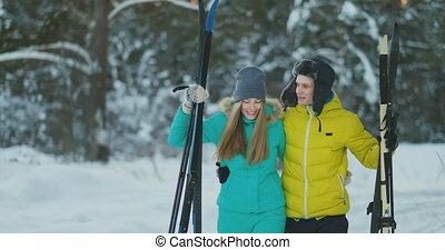 aîné actif, couple, sur, skis, descendre, congère, dans, chute neige, pendant, formation, dans, hiver, forêt