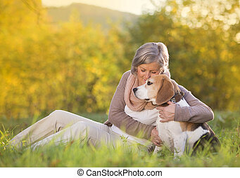 aîné actif, femme, chien, étreint