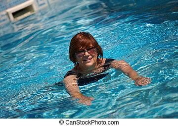 aîné actif, femme, natation
