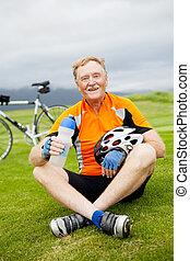 aîné actif, heureux, cycliste