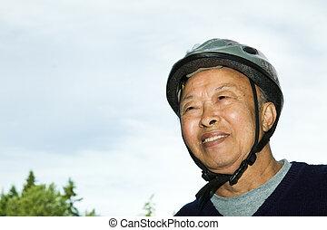 aîné actif, homme asiatique
