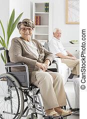 aîné, fauteuil roulant, séance femme