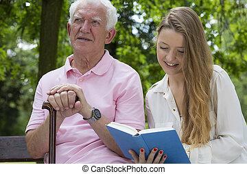 aîné, femme, parc, lecture, homme