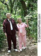 aînés actifs, bois, promenade