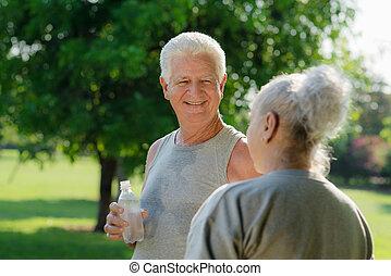 aînés, après, parc, eau, fitness, boire
