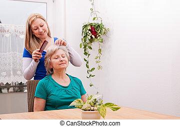aînés, cheveux, femme, jeune, peigner