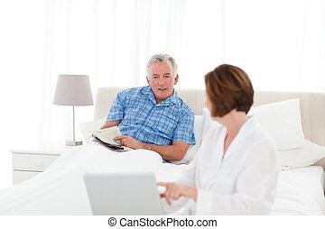 aînés, conversation, dans, les, lit