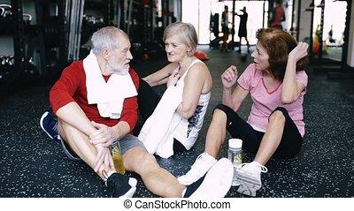 aînés, crise, séance, gymnase, plancher, reposer, fitness, progrès, discuter