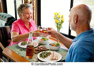 aînés, dîner, -, camping car, romantique