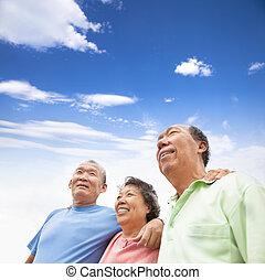 aînés, debout, asiatique, ensemble, heureux