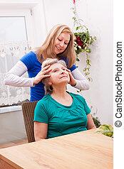 aînés, femme, cuir chevelu, jeune, femme, masser