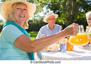 aînés, picnick, avoir, soleil., dehors