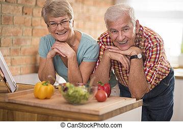 aînés, portrait, heureux, cuisine domestique