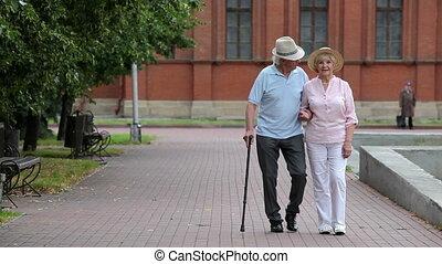 aînés, sur, a, promenade