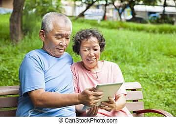 aînés, tablette, couple, parc, pc, heureux