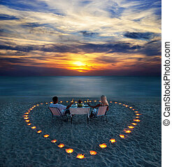 a, זוג צעיר, חלק, a, ארוחת ערב רומנטית, על החוף