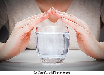 a, כוס, של, נקי, מים של מינרל, כסה, על ידי, אישה, hands., סביבה, הגנה