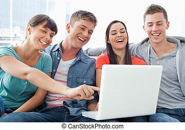 a, グループ, の, 微笑, 友人, 集まった, のまわり, a, ラップトップ