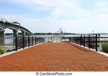 a, ボートの着陸, 前方へ, ∥, yorktown, riverwalk, 着陸, 上に, ∥, ヨーク, 川, 中に, yorktown, va, ∥で∥, ∥, coleman, 橋, そして, ヨーク, 川, 中に, ∥, 背景