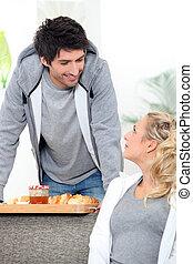 a, 人, 帶來, 早餐, 到, 他的, 妻子