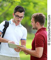a, 大學生, 解釋, 大約, an, 分配, 到, 他的, 朋友, 使用, a, 片劑