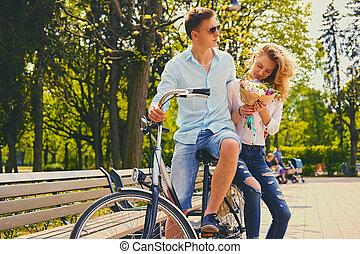 a, 夫妇, 摆脱, 在上, the, 自行车, 在中, a, park.