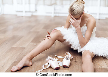 a, 専門家, バレリーナ, ある, 床の上に座る, 中に, a, ダンス, class.