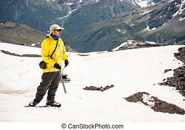 a, 山地人, 在中, a, 帽子, 带, 玻璃杯, 同时,, 一, 冰选择, 站, 在上, a, 背景, 在中, a, 雪帽子山