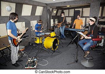 a, 岩石, band., 聲樂家, 女孩, 二, 音樂家, 由于, 電, 吉他, keyboarder, 以及, 一, 鼓手, 工作, 在, 工作室