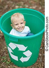 a, 很少, 漂亮, 白膚金發碧眼的人, 男孩坐, 在, a, 綠色, 回收桶, 上, a, 被模糊不清, 公園, 地面, 背景。, 生態學, 污染, concept.