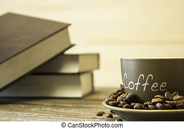 a, 杯咖啡用豆, 上, the, 背景, ......的, a, 堆, ......的, books., 集中, 在這邊緣, ......的, the, 杯子